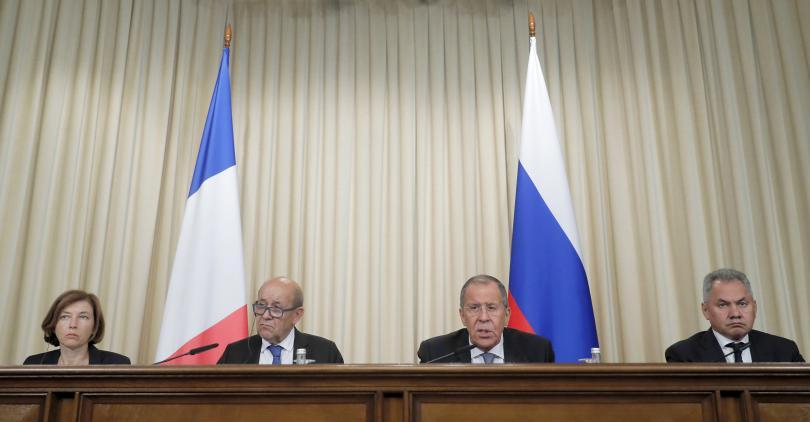 Френските министри на външните работи и на отбраната са в