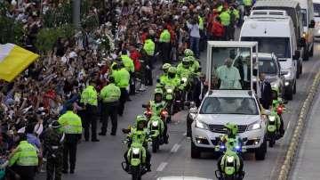 Папа Франциск пристигна на дългоочаквано посещение в Колумбия