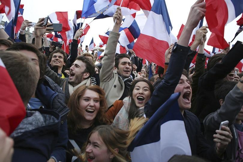 снимка 1  Хиляди привърженици на Макрон празнуват победата му пред Лувъра