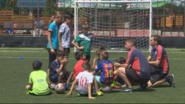 Треньори от детската школа на Манчестър Сити обучават деца в София
