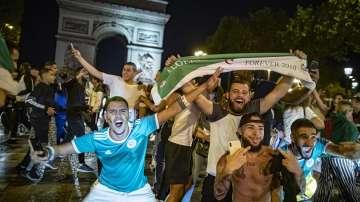 Футболни ултраси срутиха статуя на Шарл дьо Гол във Франция