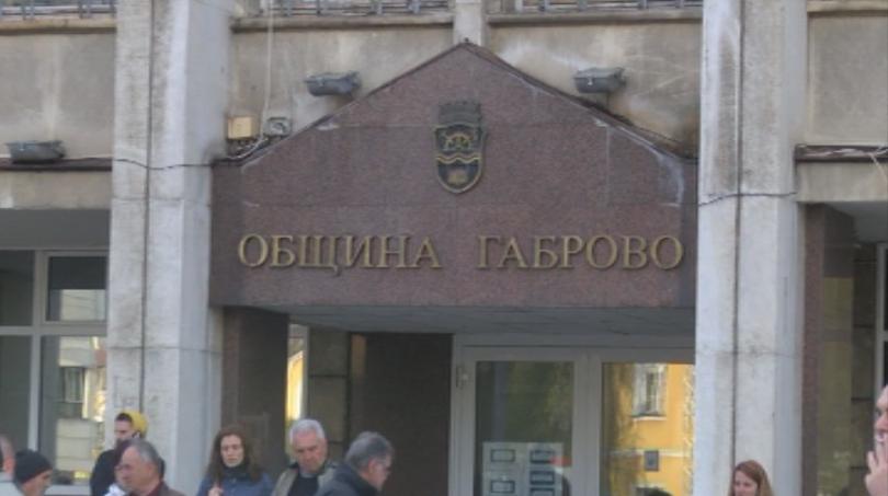 Жители на Габрово излязоха на протест пред сградата на общината