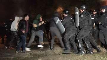 Стигна се до сблъсъци между протестиращи и жандармерия в Габрово