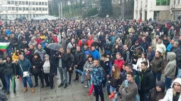Вицепремиерът Дончев и кметът на града излязоха при протестиращите в Габрово