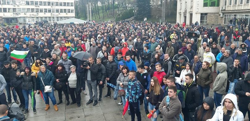 Жителите на Габрово за втора вечер излязоха на протест срещу