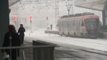 Пътници бяха блокирани за часове в студени купета заради закъснения на влаковете