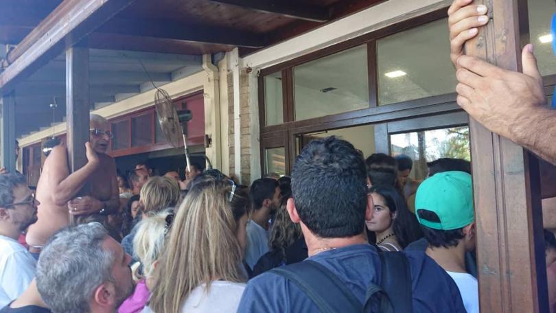 снимка 1 Започна транспортирането на туристите, които бяха блокирани на Самотраки