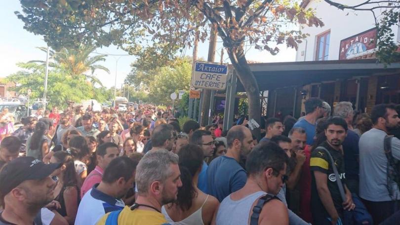 снимка 2 Започна транспортирането на туристите, които бяха блокирани на Самотраки