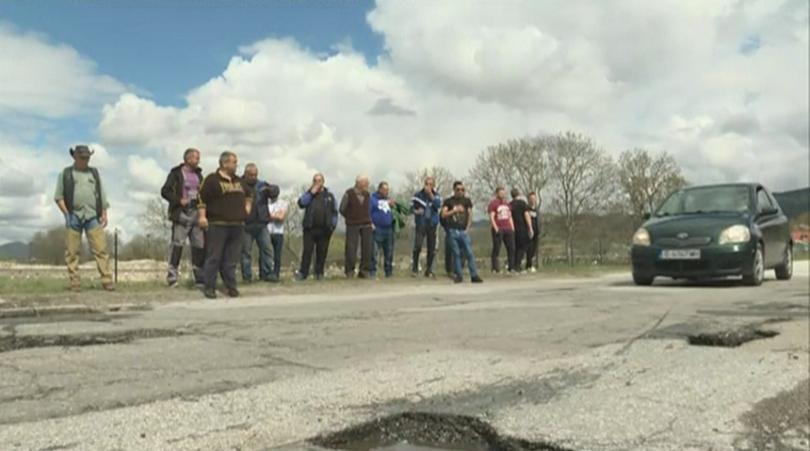 Снимка: Жители на с. Гърмен излязоха на протест срещу лошите пътища в района