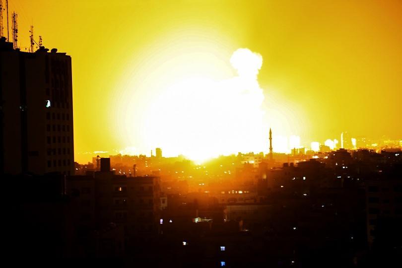 Бойци от палестинското движение Хамас изстреляха вчера десетки ракети от