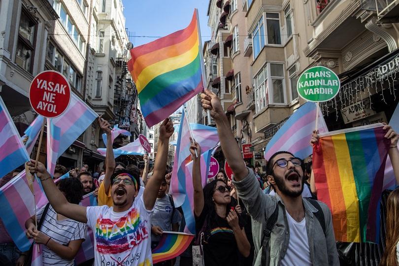 Гумени куршуми и сълзотворен газ на гей парад в Истанбул