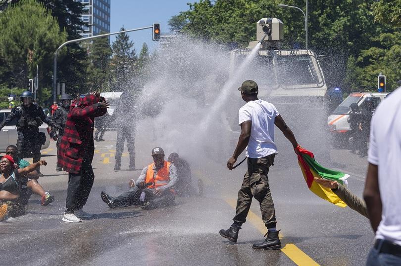 Водни оръдия и шокови гранати срещу протестиращи камерунци в Женева