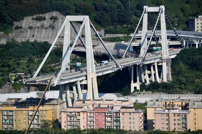 Достъпът до жилищата, останали под останалата част на рухналия моста