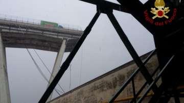 Рухна мост на магистрала в Италия, съобщава се за много жертви