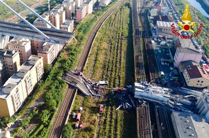 200-метров участък от висок магистрален мост рухна в Генуа. Жертвите