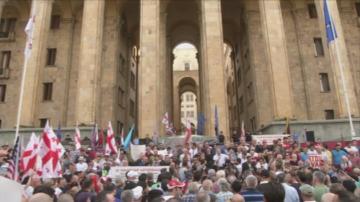 Десетки хиляди протестират пред парламента в Грузия