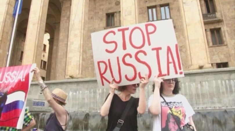 Причини за масовите демонстрации стана участието на руска делегация в