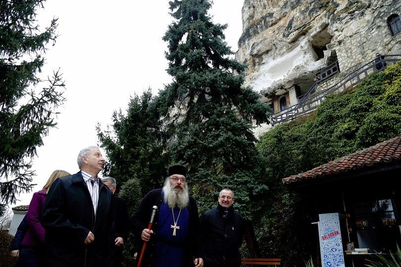 снимка 2 Премиерът Огнян Герджиков посети Басарбовския скален манастир (СНИМКИ)