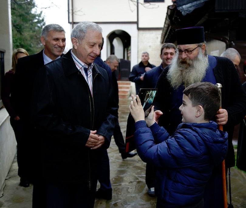 снимка 3 Премиерът Огнян Герджиков посети Басарбовския скален манастир (СНИМКИ)