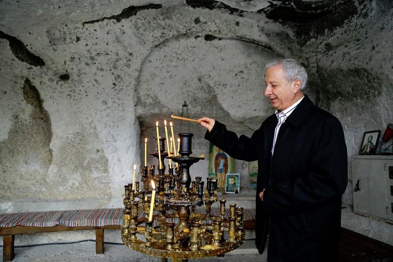 снимка 4 Премиерът Огнян Герджиков посети Басарбовския скален манастир (СНИМКИ)