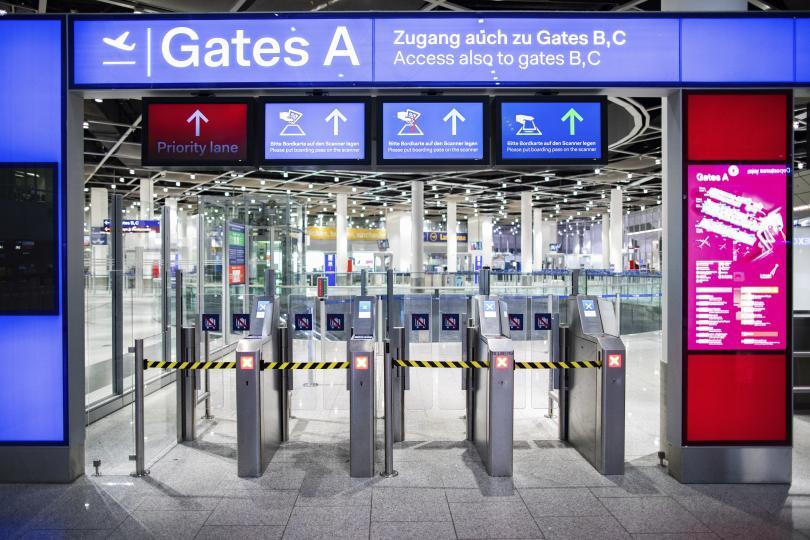 Три германски летища са блокирани от предупредителна стачка днес. Тя