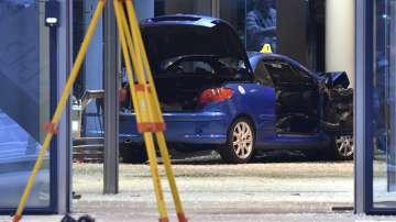 Мъж блъсна колата си в партийна централа в Берлин