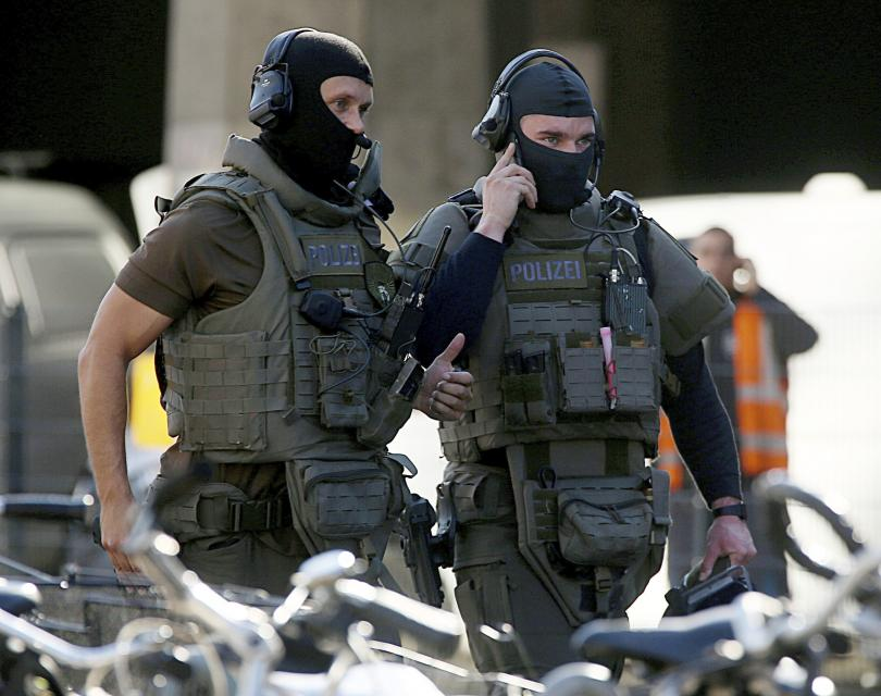 снимка 1 Въоръжен мъж взе жена за заложник в Кьолн