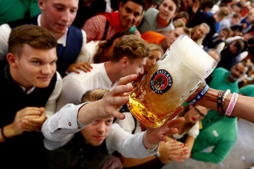 Хиляди хора се стекоха днес в Мюнхен за откриването на