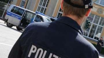 Кола се вряза в спирка в германски град, 10 души са ранени