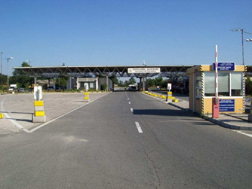 гранични полицаи задържаха трима незаконни мигранти укрити камион