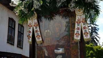 Стотици миряни се помолиха на Света Богородица Труеручица за здраве