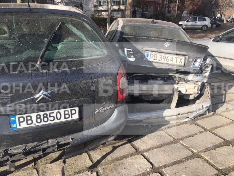 снимка 1 Младежи потрошиха пет автомобила след гонка с полицията