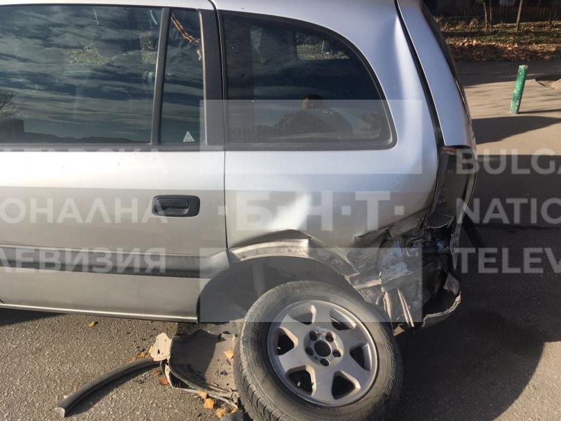 снимка 2 Младежи потрошиха пет автомобила след гонка с полицията