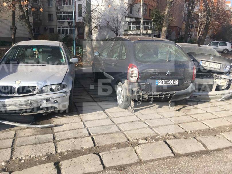 снимка 3 Младежи потрошиха пет автомобила след гонка с полицията