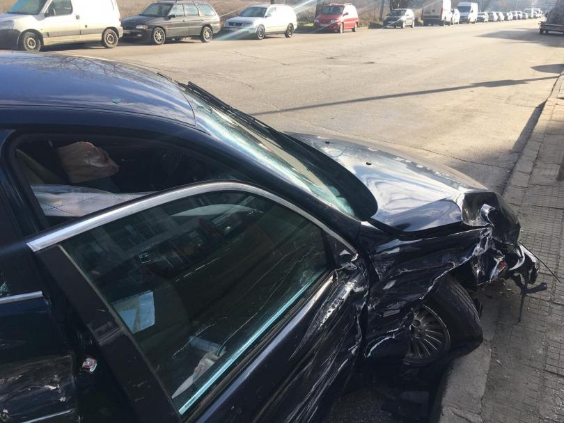 снимка 4 Младежи потрошиха пет автомобила след гонка с полицията