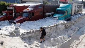 Двуметрова ледена покривка след градушка в Мексико