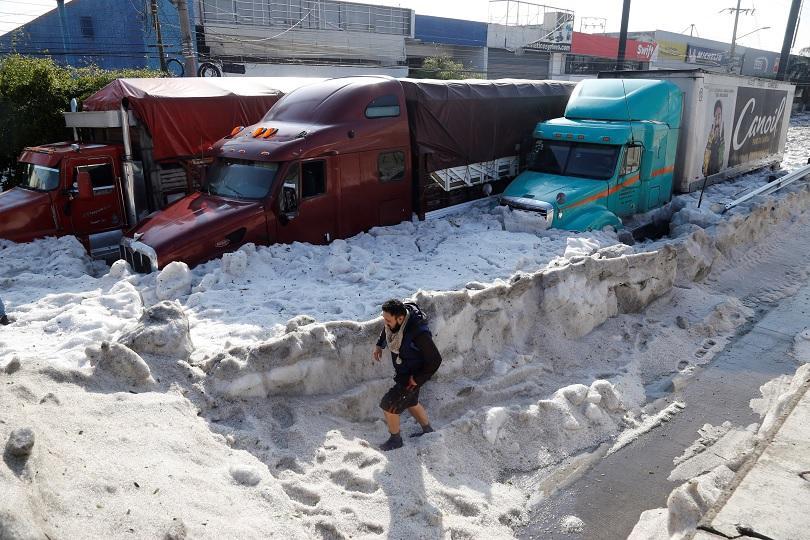 Невиждана градушка засипа части от мексиканския град Гуадалахара. На някои