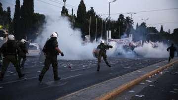 Сълзотворен газ срещу зовящи на бунт пенсионери в Гърция