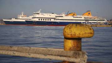 Силен вятър прекъсна фериботните връзки с островите Закинтос и Кефалония