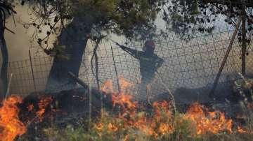 Над 90 пожара бушуват в Гърция, има риск от нови огнища