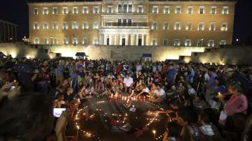 Бдение със свещи до гръцкия парламент в памет на жертвите от пожарите