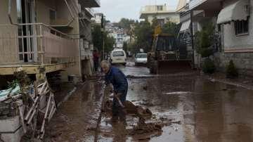 Гърция в траур след наводненията, обилните валежи продължават