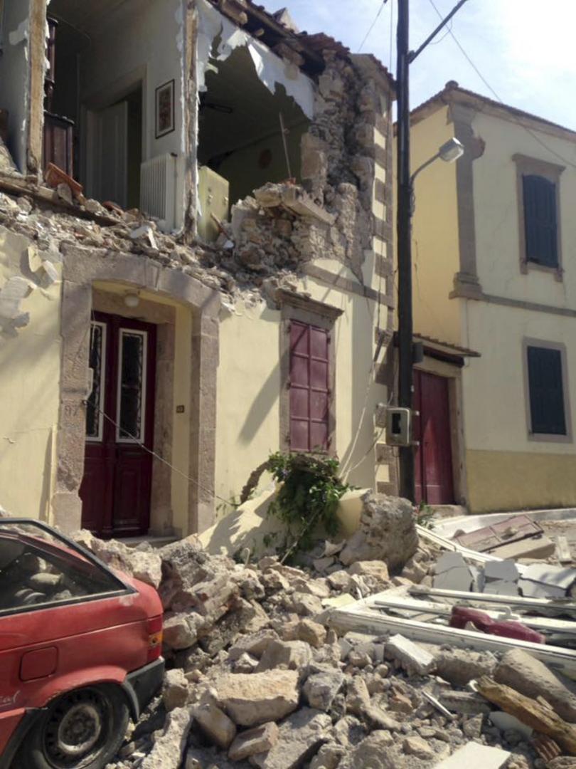 снимка 2 10 души са ранени при земетресението, което разтърси Гърция и Турция