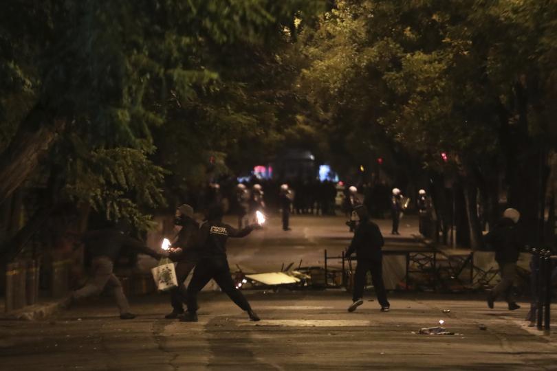 Полицията в Атина използва днес сълзотворен газ и светлинно-звукови гранати,