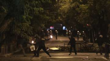Над 20 души са задържани след размириците в Атина