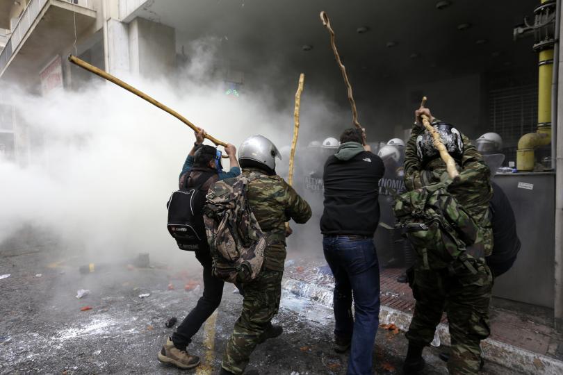 снимка 1 Сблъсъци между протестиращите и полицията в Атина