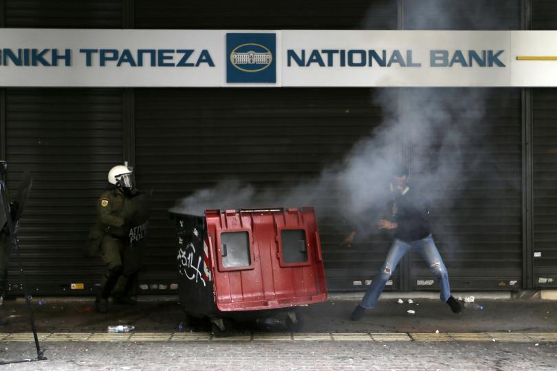 снимка 2 Сблъсъци между протестиращите и полицията в Атина