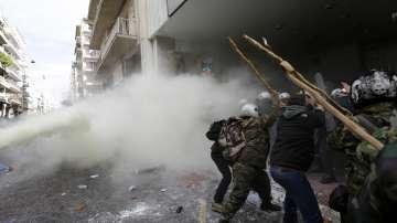 Сблъсъци между протестиращите и полицията в Атина