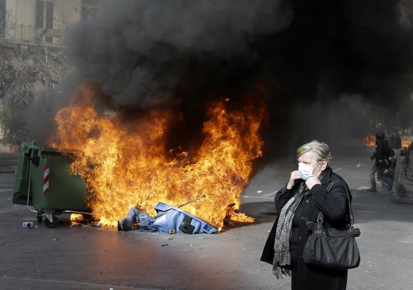 снимка 3 Сблъсъци между протестиращите и полицията в Атина