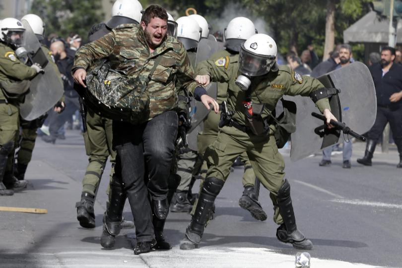 снимка 4 Сблъсъци между протестиращите и полицията в Атина